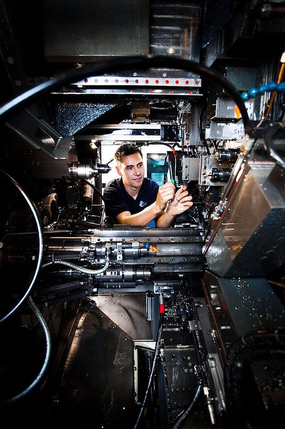 Marco Müller, Mitarbeiter der Susa Automatendreherei Heidenau, wechselt das Schneidwerkzeug an einer Mehrspindeldrehmaschine