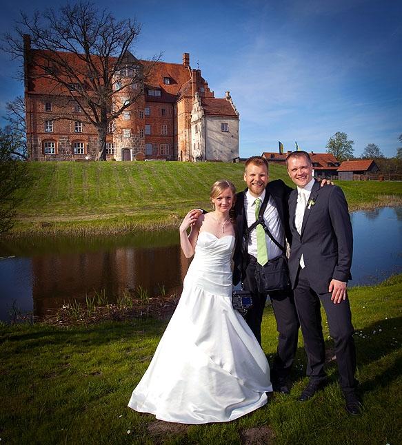 Hochzeitsfotograf - Making-of mit dem Hochzeitspaar vor Schloß Ulrichshusen