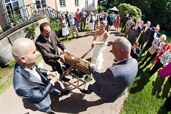 Hochzeitsfoto - Baumstammsägen