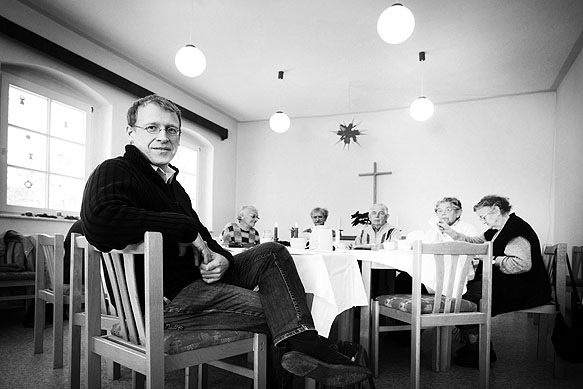 Pfarrer Johannes Schreiner mit einer Seniorengruppe