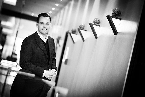 Einkaufszentrumsbauer Erik Sassenscheidt in der Lobby des Pullman Hotels in Dresden