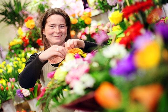 Pressefotograf - Portrait Floristin beim Blumenstecken