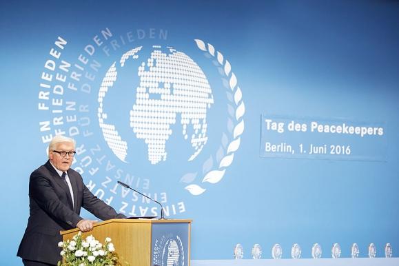 Fotojournalist - Aussenminister Frank-Walther Steinmeier beim Tag des Peacekeepers