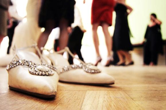 Hochzeitsfotograf - Die Schuhe der Braut auf der Tanzfläche