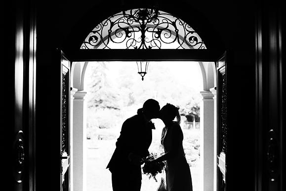Hochzeitsfotograf - Hochzeitsfoto von Kussszene im Gegenlicht