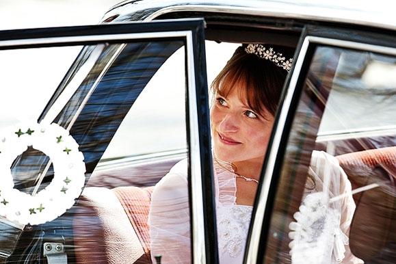 Hochzeitsfotograf - Hochzeitsfoto der Braut im Hochzeitsauto