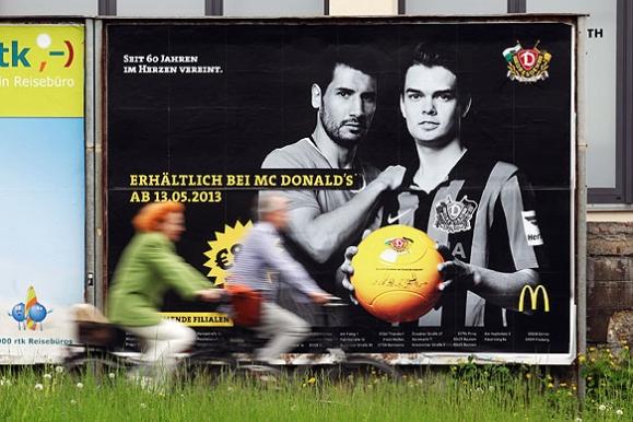 Firmenfotograf - Werbeplakat in Dresden für eine gemeinsame Aktion von McDonalds und der SG Dynamo Dresden