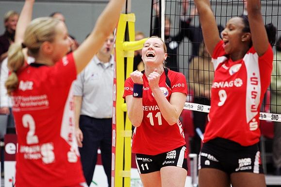 Sportfotograf - Jubel bei Volleyballerinnen des Dresdner SC